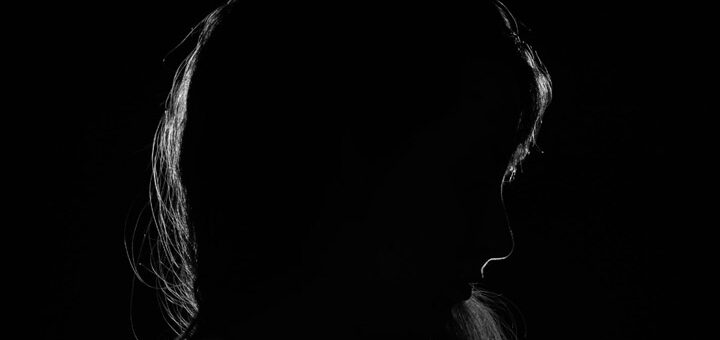 """Fotoet viser en kvinde i mørke. Siden handler om """"Når skammen ødelægger selvværdet"""". Fotoet er taget af Kevin Jesus Horacio."""