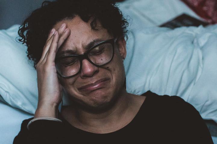 Fotoet viser en grædende kvinde. Siden handler om følelser, der er for svære at rumme. Fotoet er taget af Claudis fra Unisplash.