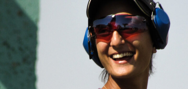 Fotoet viser en kvinde med solbriller og høreværn på. Siden handler om synsindtryk, lugte og lyde, som er overbelastende for mennesker med Kompleks PTSD.
